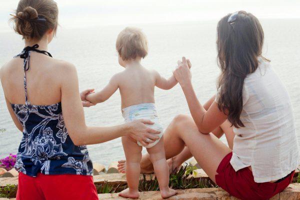 """Madri gay si contendono i figli. E la Consulta inventa il ruolo di """"genitore sociale"""""""