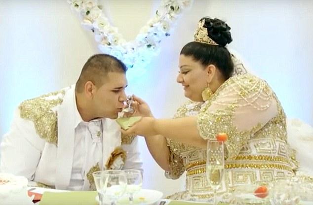 Matrimonio gitano nel lusso: gli ospiti ricoprono la sposa di oro e soldi