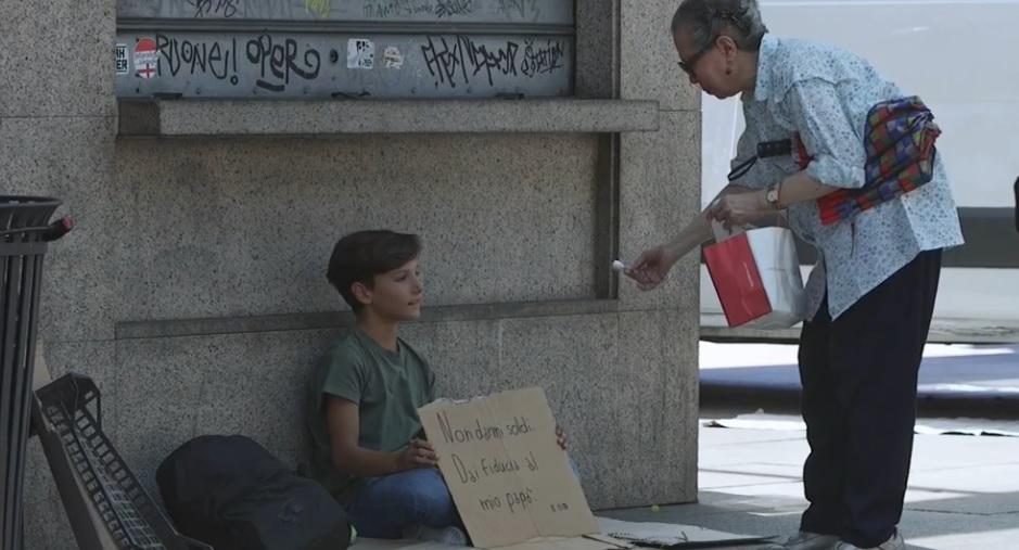 Milano, il mendicante che non chiede soldi ma fiducia