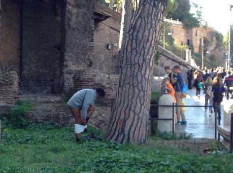 Roma, uomo fa i bisogni a piazza Venezia: i turisti lo fotografano