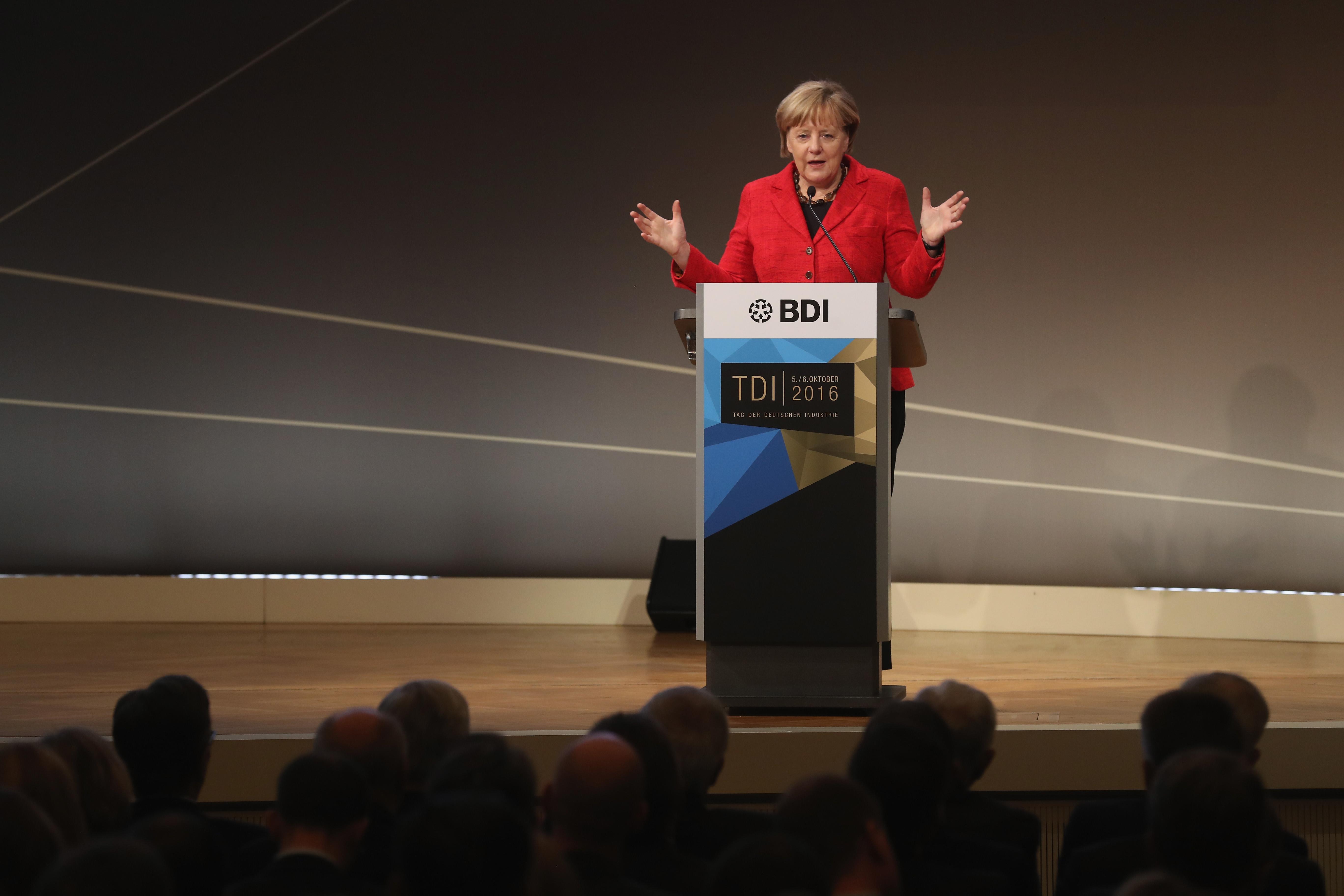 """Merkel alla May: """"Niente accesso al mercato Ue senza libera circolazione di persone e merci in Gb"""""""