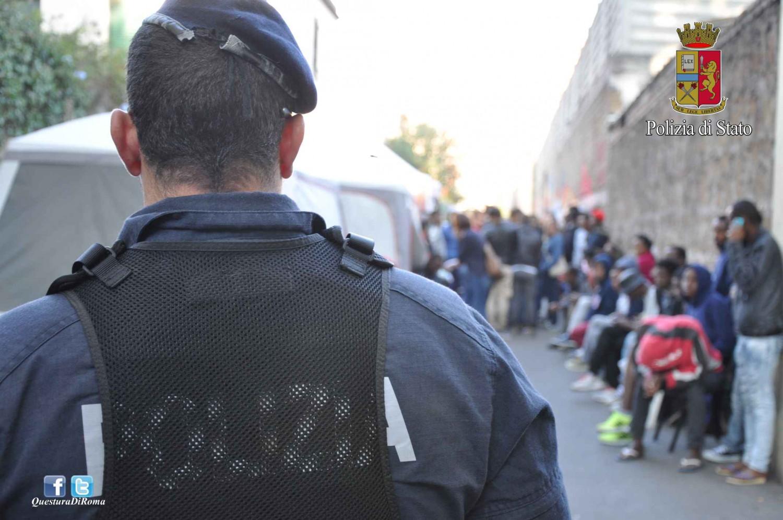 Immigrati contro poliziotti: paura nel centro di Milano