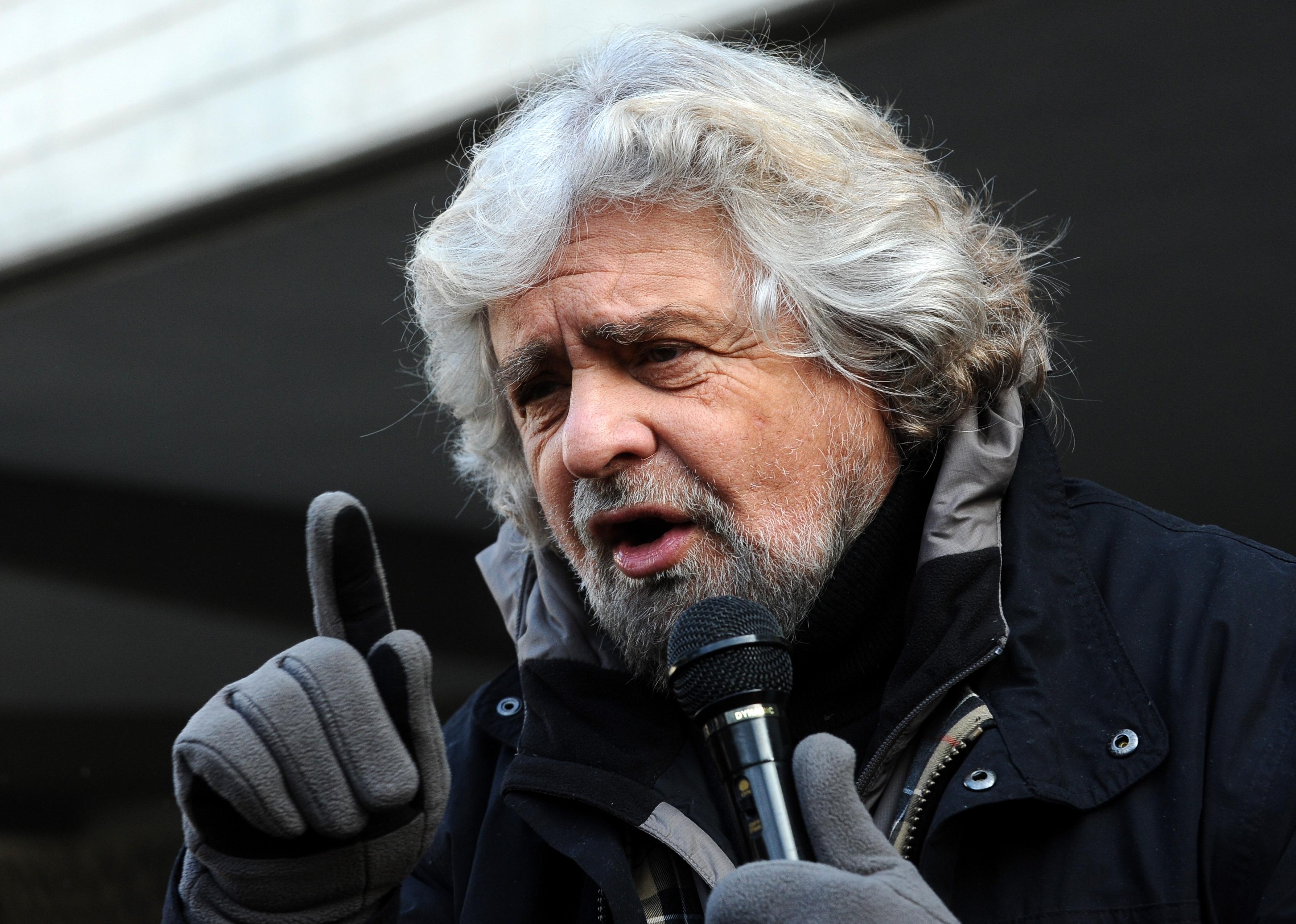 """""""Renzi come una scrofa ferita"""". E il blog di Grillo fa infuriare il Pd"""