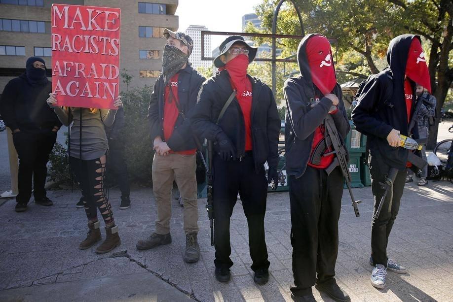 """""""4 agenti morti? Meglio 5"""" La protesta choc negli Usa"""