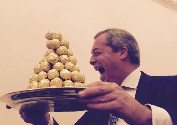 """Farage già """"ambasciatore"""": offre i Ferrero Rocher"""