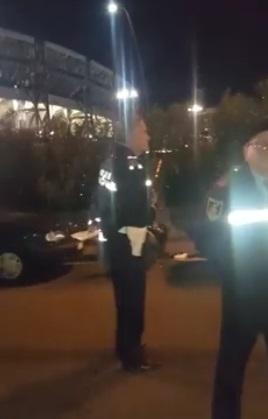 Napoli, il vigile occupa il posto dei disabili, il cittadino lo filma e l'agente s'infuria