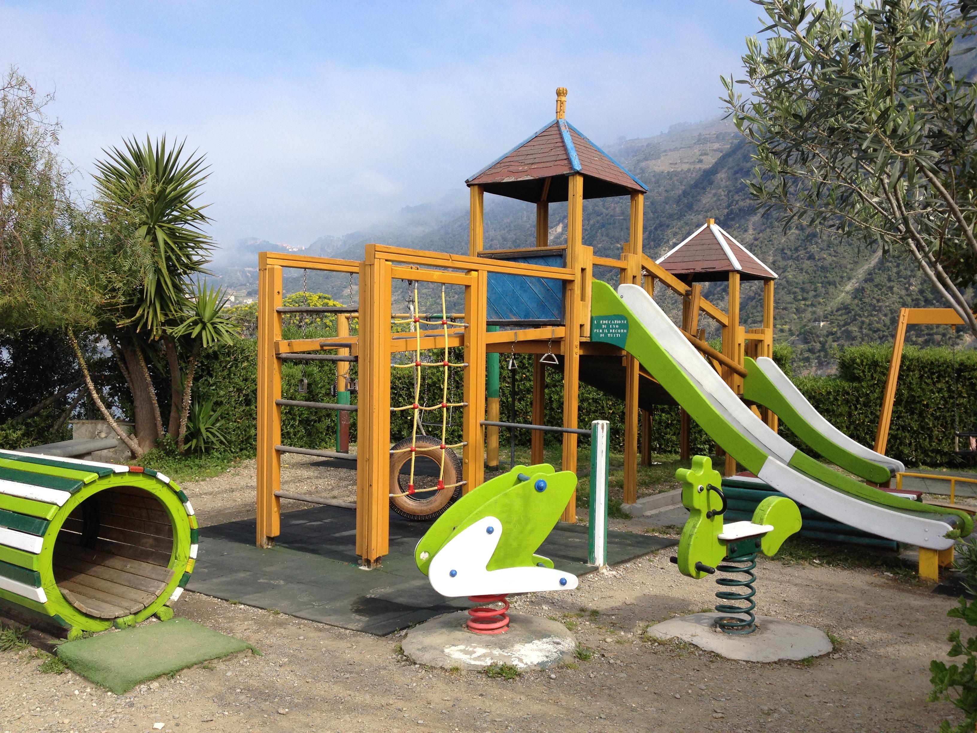"""""""I bimbi fanno troppo rumore"""": anziani fanno chiudere il parco giochi"""