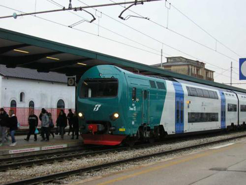 Cattivi giovani e stranieri 15enne violentata in treno - Treno milano porta garibaldi bergamo ...