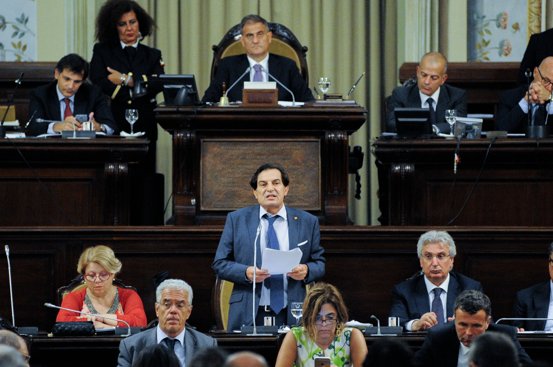 Irregolarit e bilancio in profondo rosso la regione sicilia sull 39 orlo del fallimento - Profondo rosso specchio ...