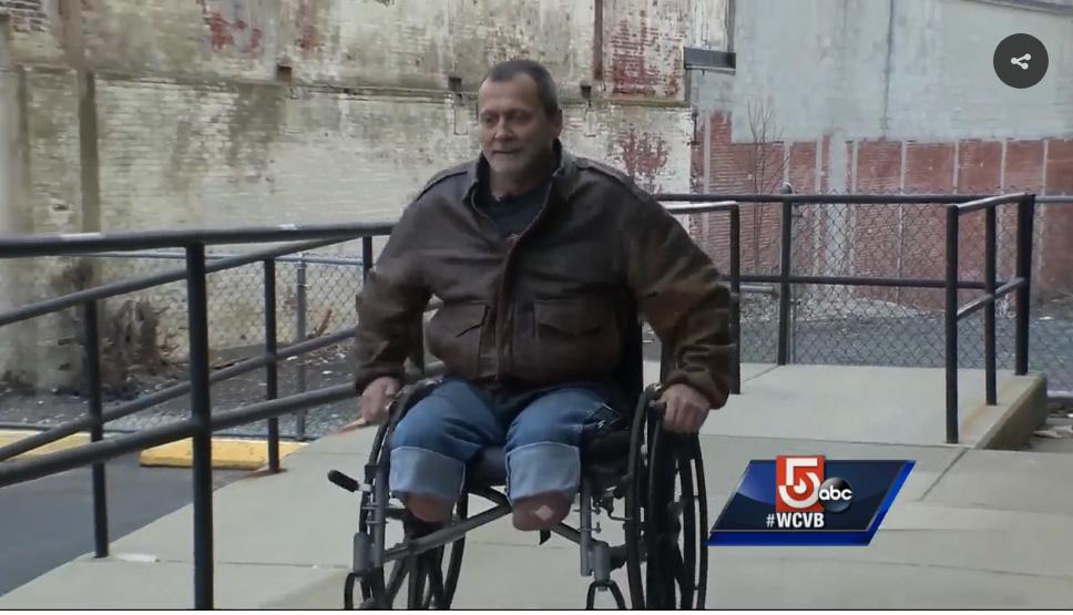 Picchiano e rubano la sedia a rotelle a disabile ...