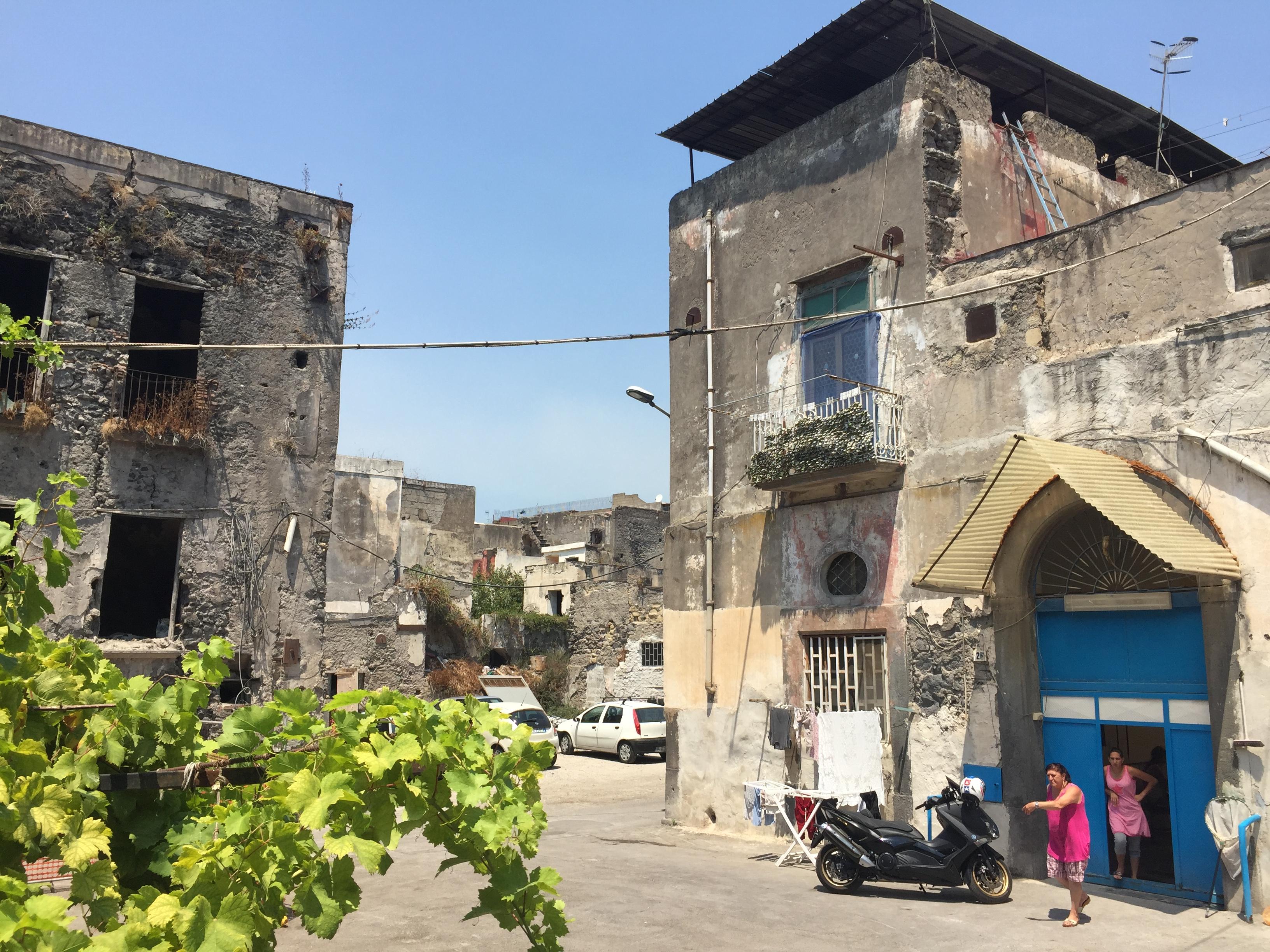 Quel centro abitato danneggiato e mai ricostruito Centro convenienza arredi torre annunziata torre annunziata na