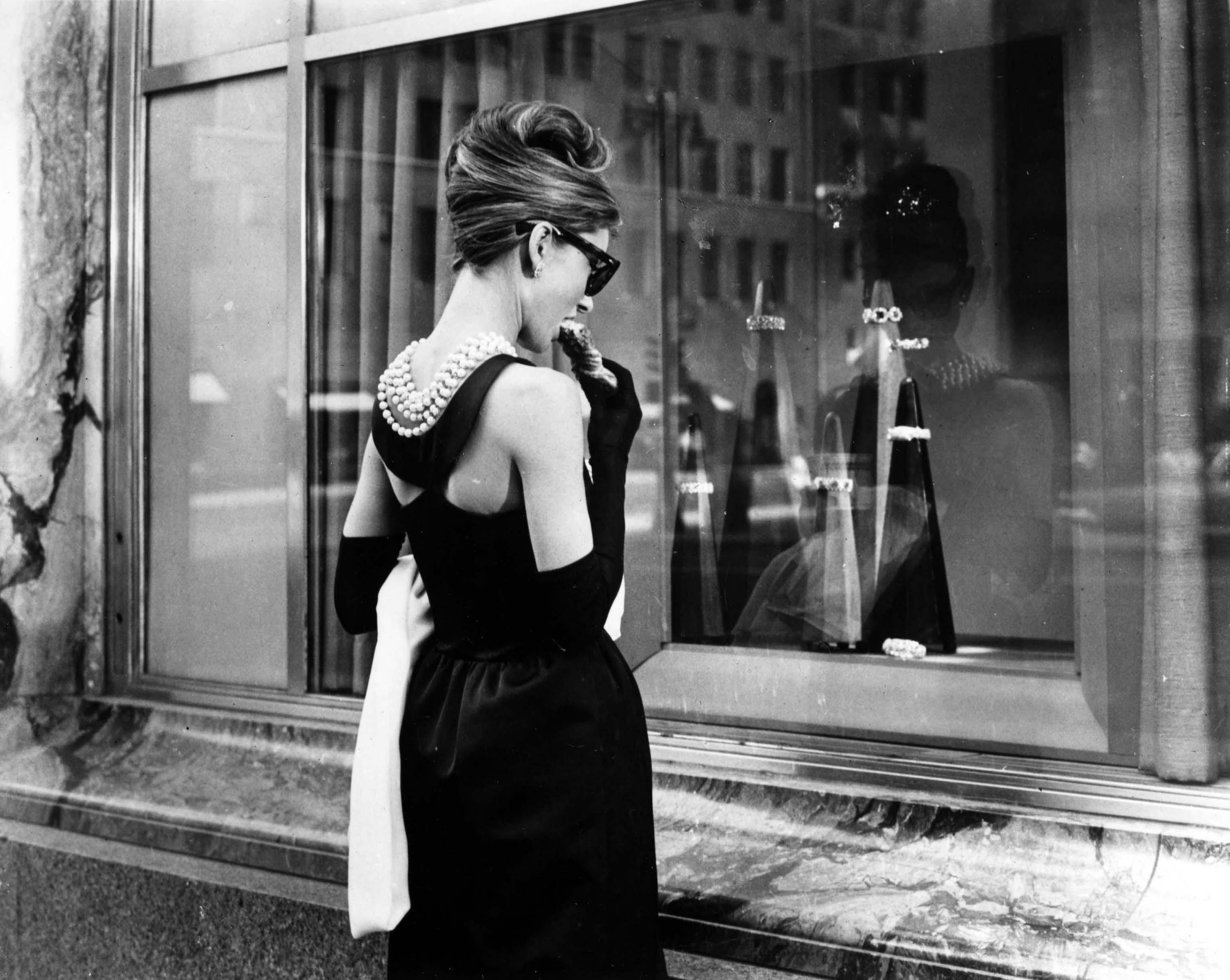 new concept cb284 55cce Storia del tubino nero, da Chanel a Audrey Hepburn ...