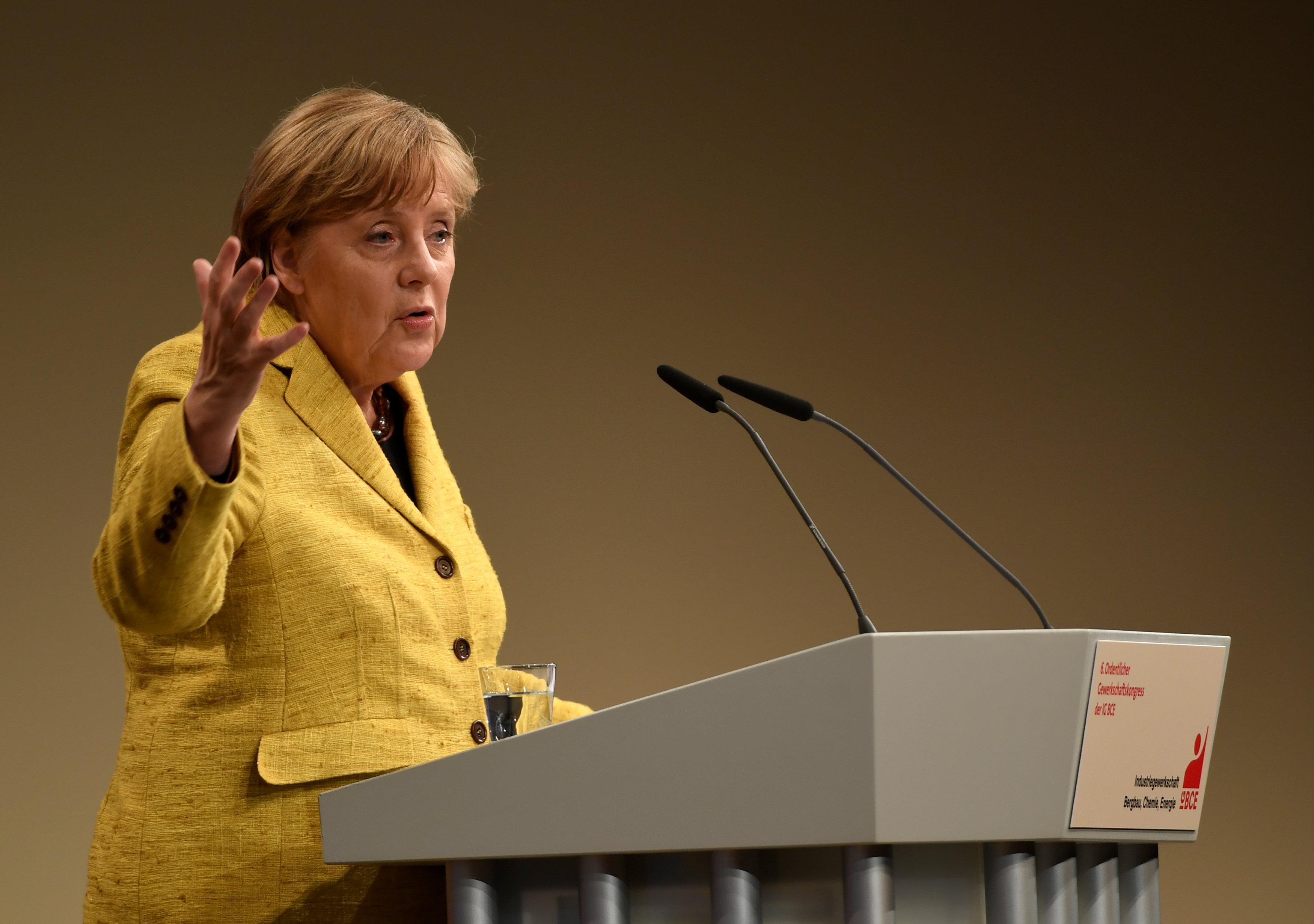 """La Merkel stronca Kurz: """"Non è un esempio da seguire"""""""