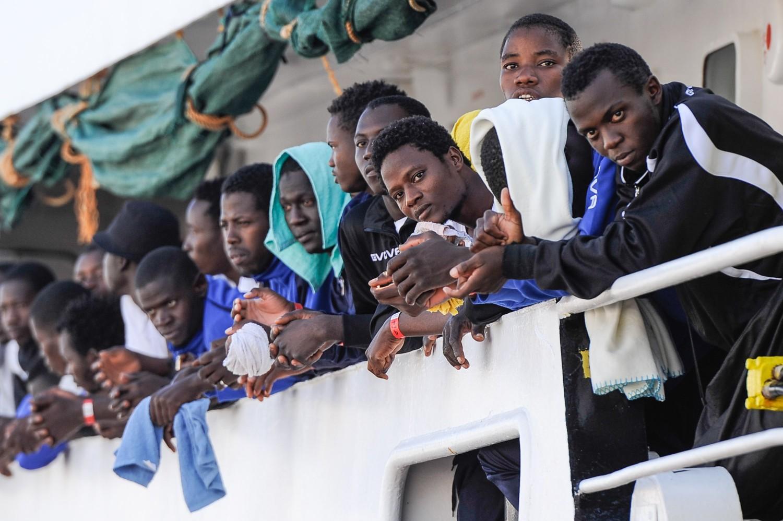 migranti, l`ue vuole costringere l`italia a tenerseli per 10 anni
