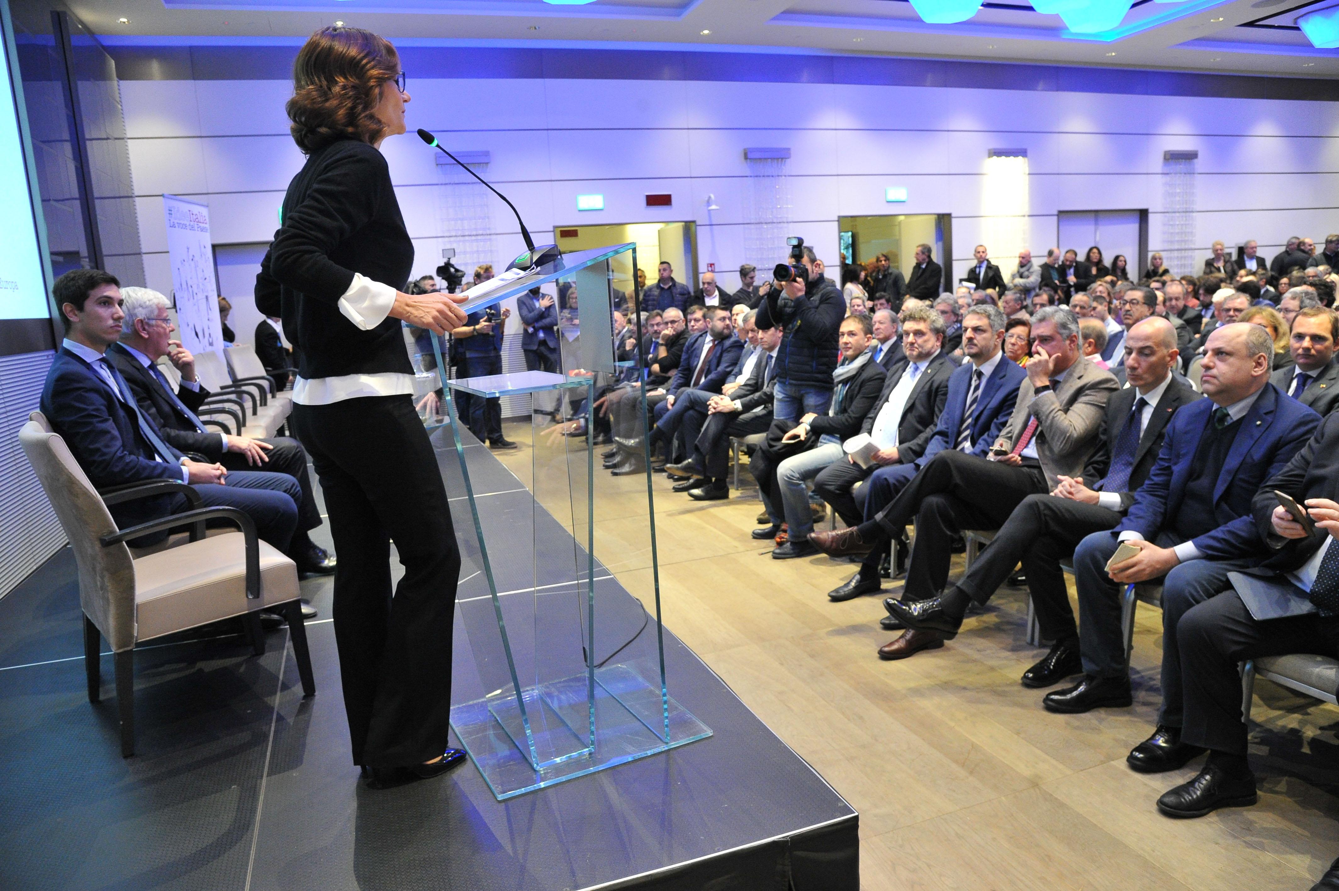 Al tavolo di forza italia c 39 il pieno di imprenditori for Onorevoli di forza italia