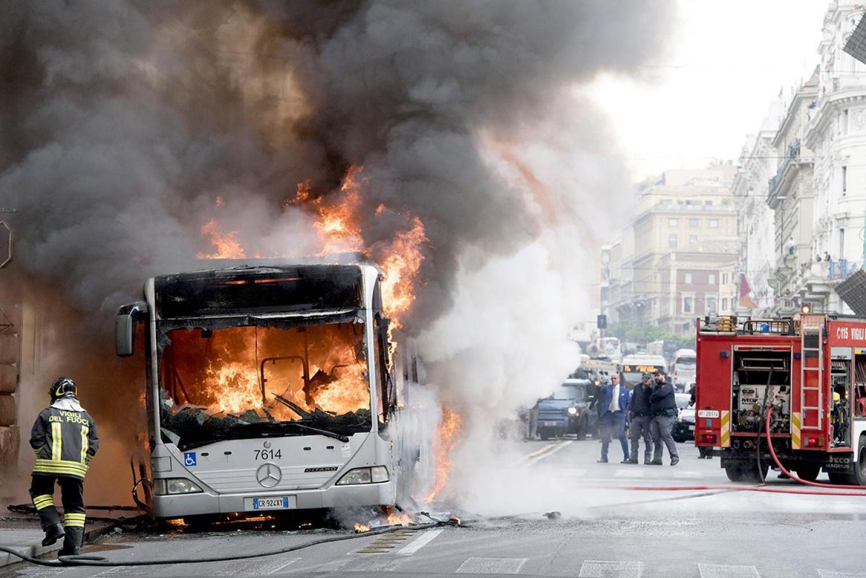 Roma a fuoco un altro bus atac in piazza venezia for Roma mobile atac