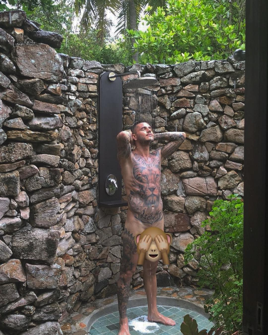 Wanda nara si vendica di icardi lo fotografa nudo e posta su instagram - Spiare dalla finestra ...