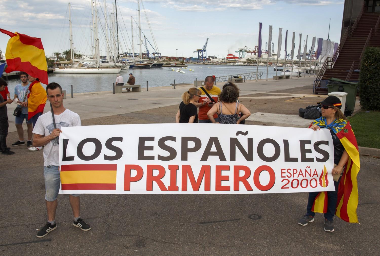 l`aquarius attracca a valencia, le proteste: