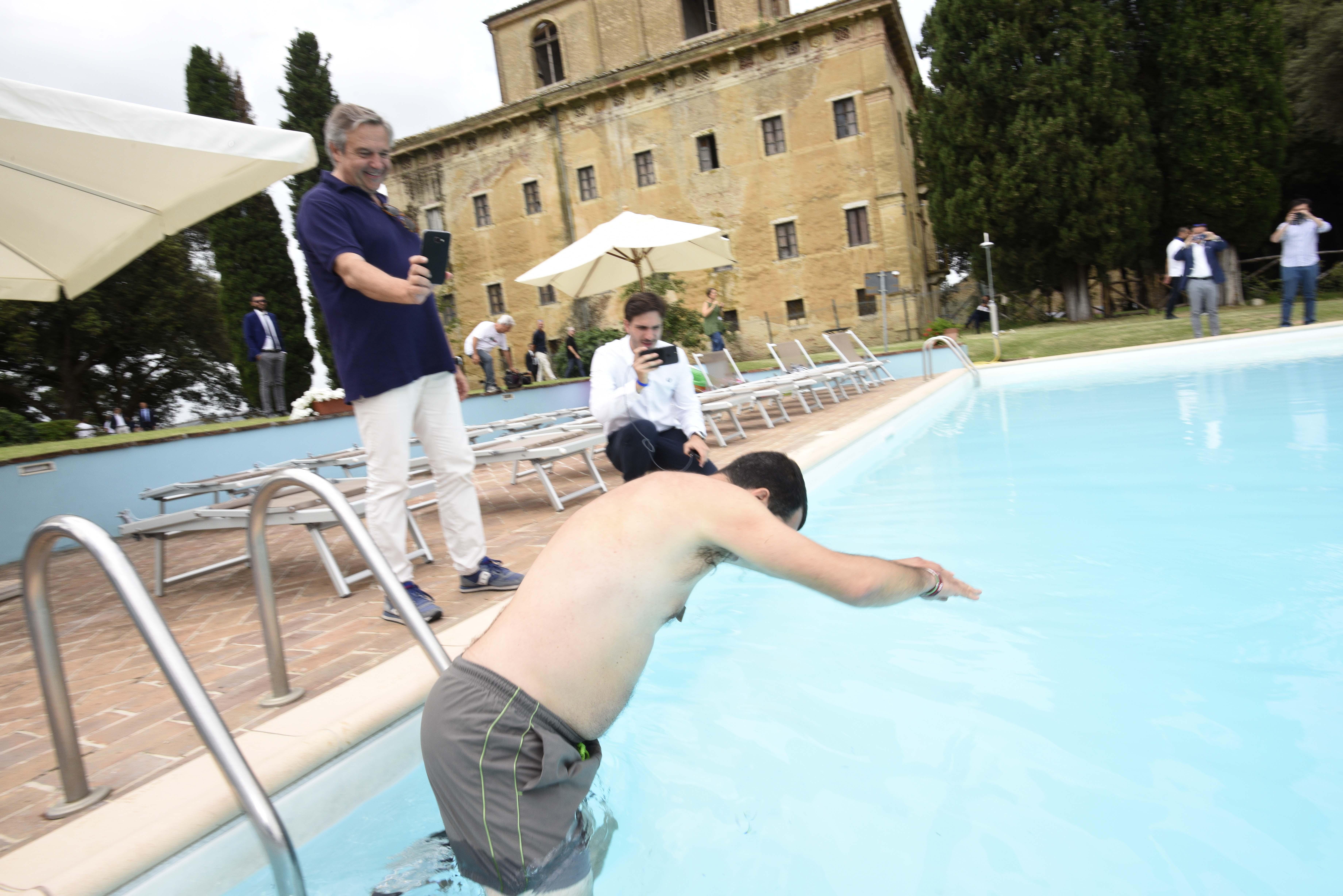 Salvini fa il bagno in una piscina confiscata alla mafia for Bagno della piscina