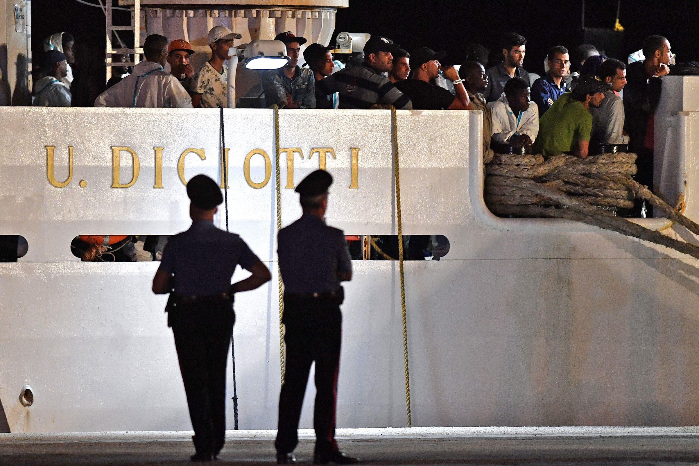diciotti arrivata a catania, ma i migranti non sbarcano | il viminale attende risposte dall`ue