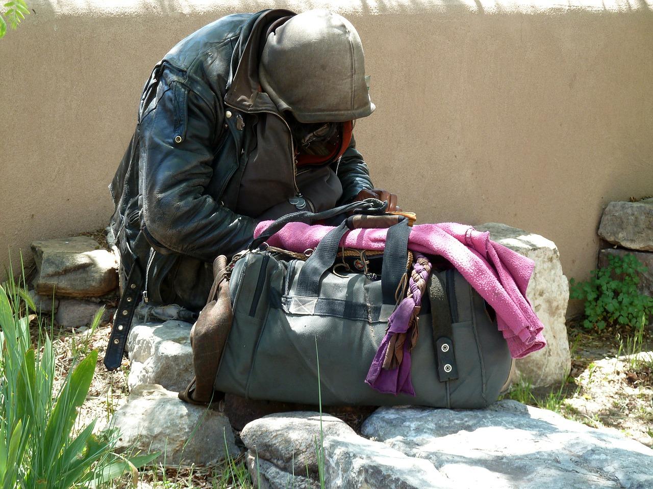 non gli bastano 4 euro di carità: il rom aggredisce un anziano - il giornale