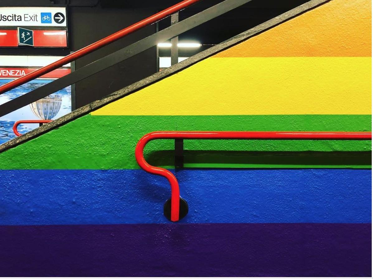Milano metro di porta venezia diventa arcobaleno per il pride for Porta venezia metro