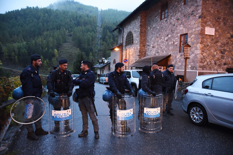 Macron nei guai un video shock sui migranti lo ha for Chi fa le leggi in italia