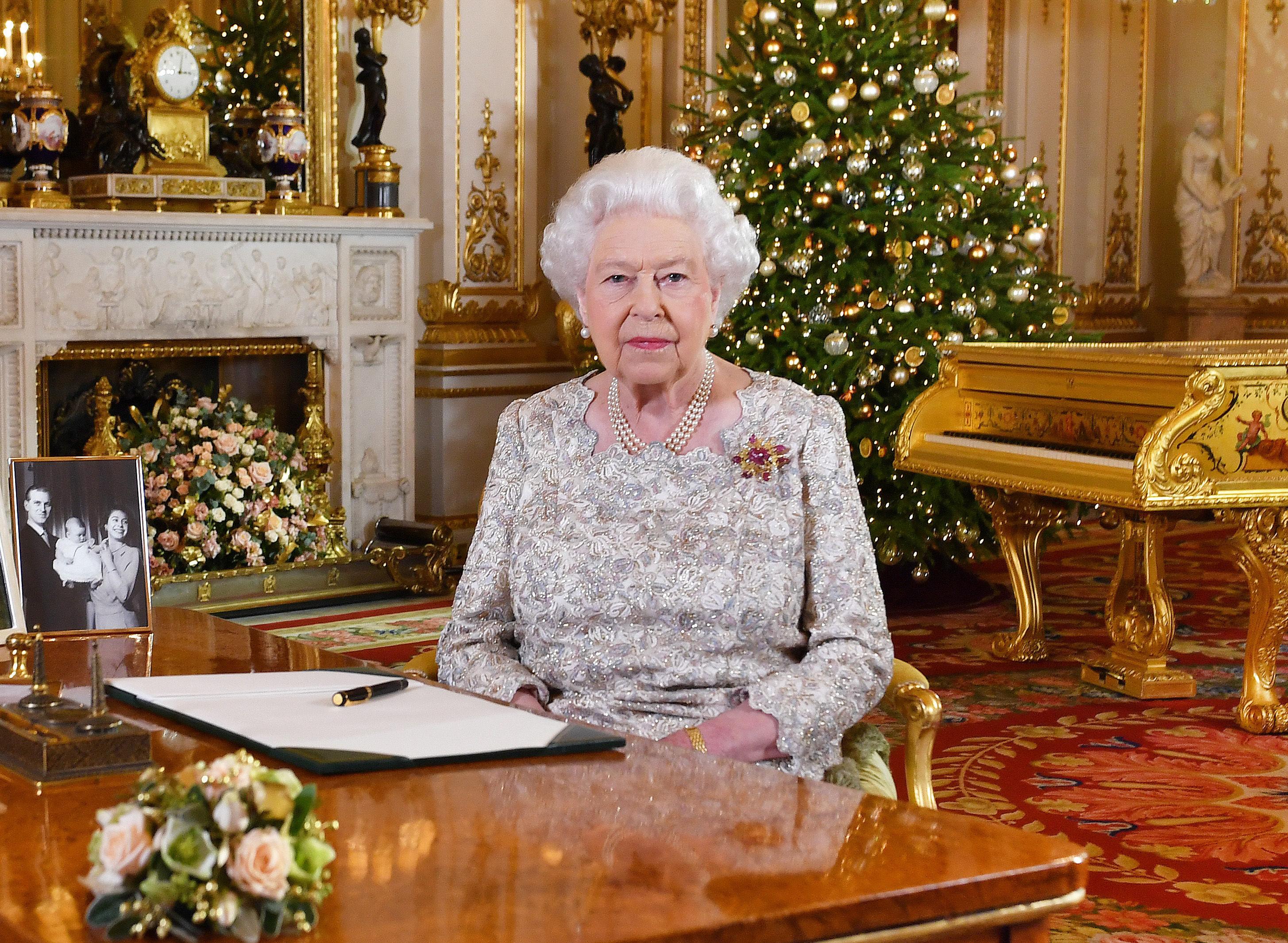 Discorsi Di Auguri Per Natale.La Regina Elisabetta Gli Auguri Di Buon Natale E Quella Foto In Bianco E Nero Con Il Principe Carlo