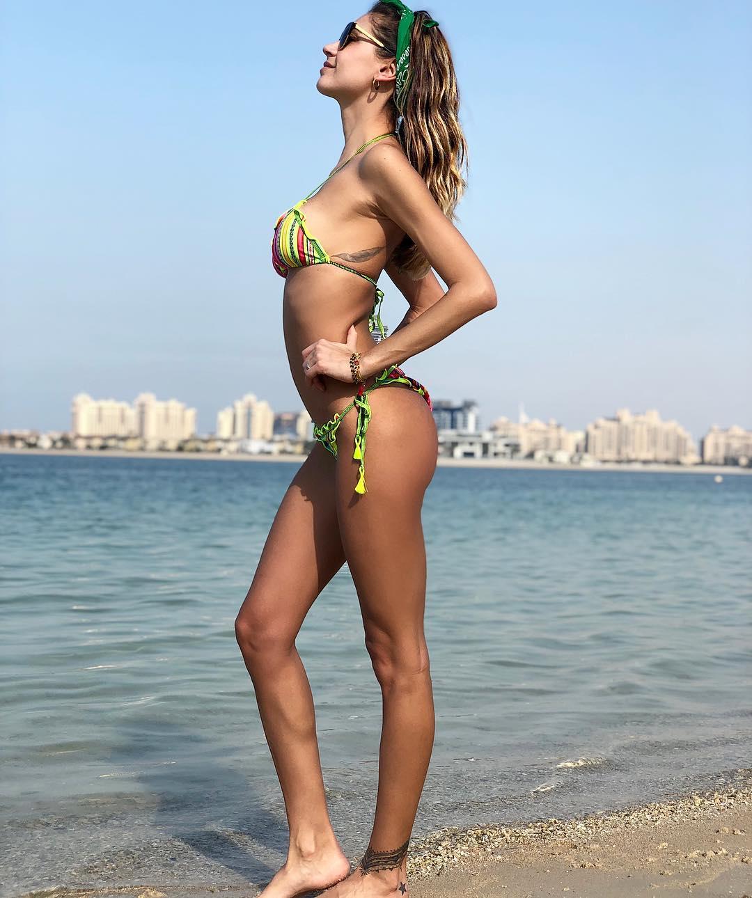 Calendario Melissa Satta.Melissa Satta Hot Sulle Spiagge Di Dubai Il Bikini Manda In