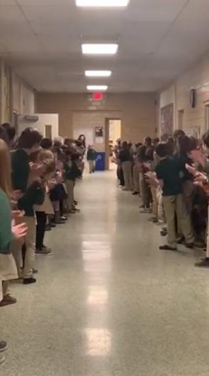 """Risultato immagini per Torna a scuola dopo la leucemia, standing ovation per il bimbo di 6 anni"""""""