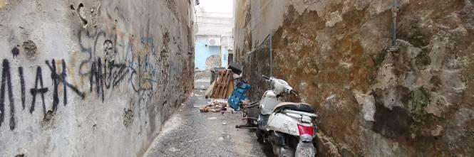 Il vicolo-discarica nel centro storico di Napoli 1