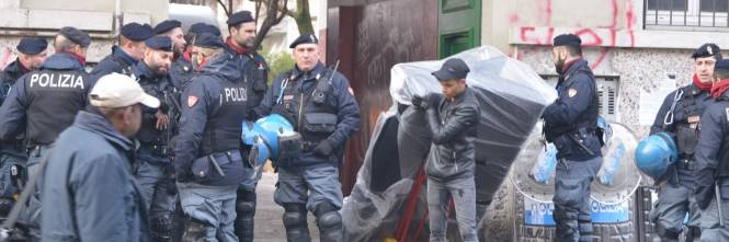 Perquisizioni e sgomberi della polizia in via Gola 1