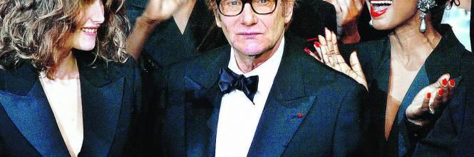 0a49150c0ea77 Yves Saint-Laurent da molti è considerato il più grande stilista del  ventesimo secolo. Ed è la sua storia a dimostrarlo  inizia a cambiare il  volto della ...