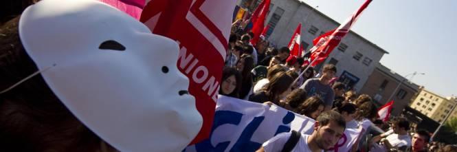 Scuola in piazza, scontri a Milano: agente ferito Gelmini