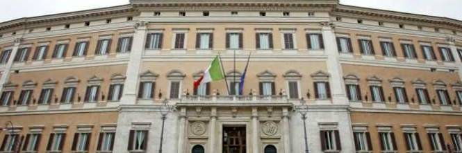 Roma si d fuoco davanti al parlamento for Roma parlamento