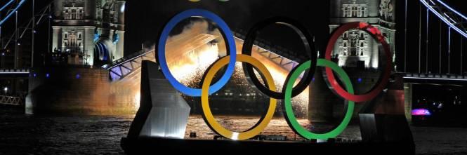 Ponte levatoio a Londra Tower Bridge con le insegna dei giochi olimpici