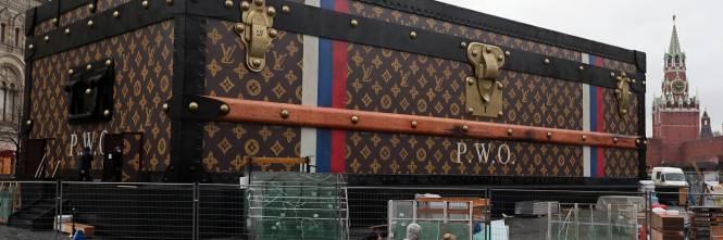 La maxi-valigia Louis Vuitton nella piazza Rossa di Mosca fa infuriare i  comunisti russi - IlGiornale.it