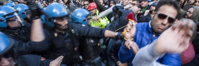 Il video che sbugiarda la fiom operai ast contro la polizia for Prova dello specchio polizia youtube