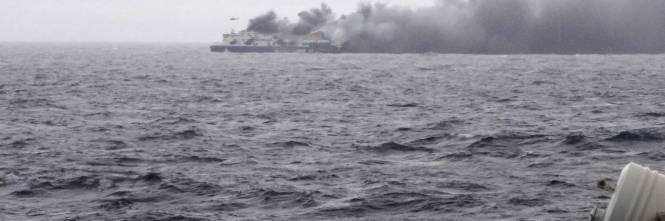 La colonna di fumo che sale dal traghetto in fiamme 4