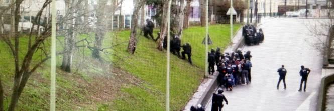Poliziotti schierati nella zona dove cinque persone sono state prese in ostaggio