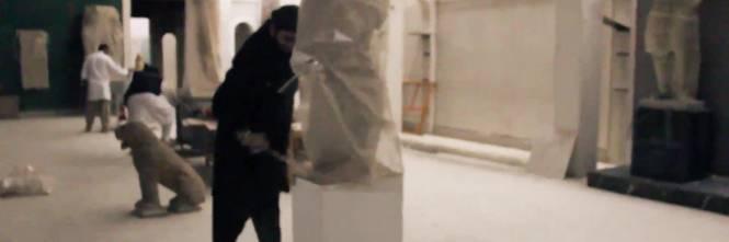 Gli uomini dell'Isis si accaniscono sulle opere d'arte 1