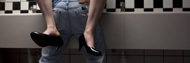 Filmata mentre fa sesso in bagno: il video spopola su WhatsApp