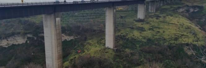 Precipita dal viadotto e fa un volo di 50 metri 1