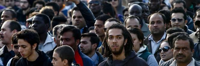 Brescia, 2mila immigrati sfilano per ottenere il permesso di ...