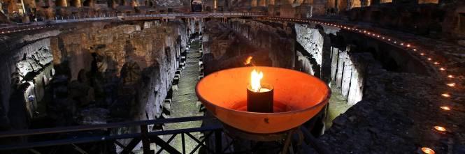Fiaccole accese nel Colosseo in occasione della Via Crucis