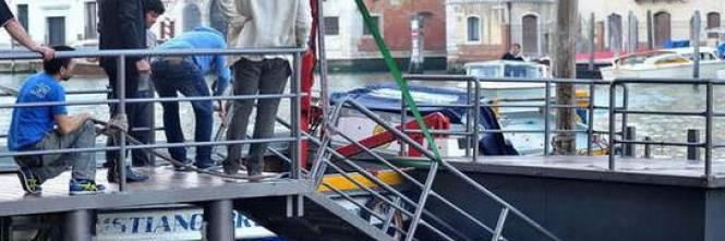 Venezia, cede il ponte: 12 vip in acqua 1