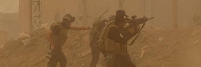 Le forze di sicurezza difendono il quartier generale a Ramadi dagli islamisti