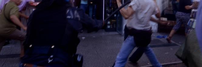 La polizia carica gli antagonisti 1