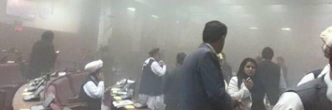 Negli attimi dopo l'esplosione, il fumo invade il parlamento a Kabul