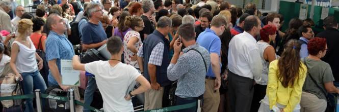 Lunghe file di passeggeri attendono ai check in a Fiumicino 2